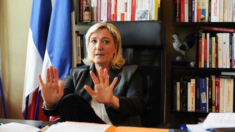 (Marine Le Pen dans son bureau au siège du Front National à Nanterre, en 2014 © Eric Baudet/JDD/SIPA)