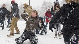 Une bataille de boules de neige à Boston aux Etats-Unis, le 9 février 2017. (photo d'illustration) (SCOTT EISEN / GETTY IMAGES NORTH AMERICA / AFP)