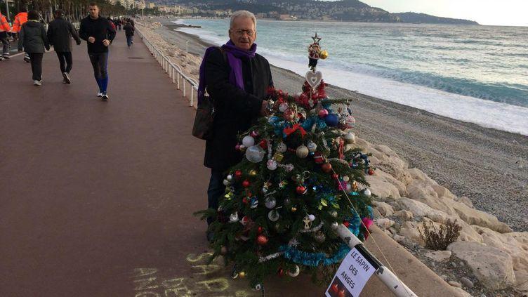 Le sapin avait été installé par un retraité en hommage aux victimes de l'attentat de Nice. (CHRISTINE RINAUDO / MAXPPP)
