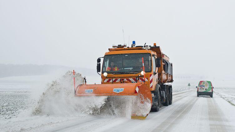 Un chasse-neige, à Arras (Pas-de-Calais), le 11 mars 2013. ( MAXPPP)