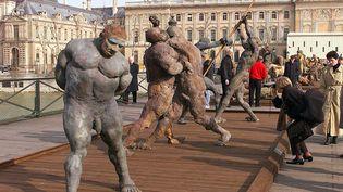 """Les sculptures de """"La Bataille de Little Bighorn"""", de l'artiste Ousmane Sow, lors de leur exposition en 1999 sur le pont des Arts à Paris. (ALEXANDER JOE / AFP)"""