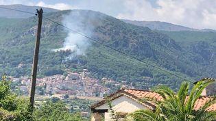 Un incendie au-dessus de Bar-sur-Loup, près de Grasse (Alpes-Maritimes), le 22 juillet 2021. (ELIETTE BATY)