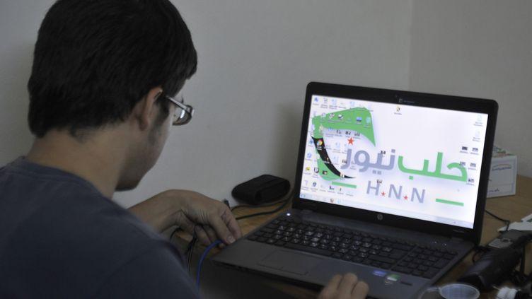 Un journaliste amateur syrien à Alep (Syrie), le 7 octobre 2012. (TAUSEEF MUSTAFA / AFP)