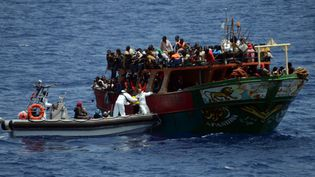 Photo d'une opération de sauvetage de migrants en mer Méditerranée, à 300 km au sud-est de l'Italie, diffusée le 20 mai 2015par la Marine nationale française. (MARINE NATIONALE / AFP)