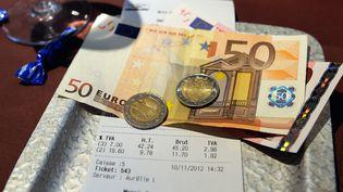 La France se priverait chaque année de 32 milliards d'euros de TVA, selon un rapport commandé par la Commission européenne. (PHILIPPE HUGUEN / AFP)