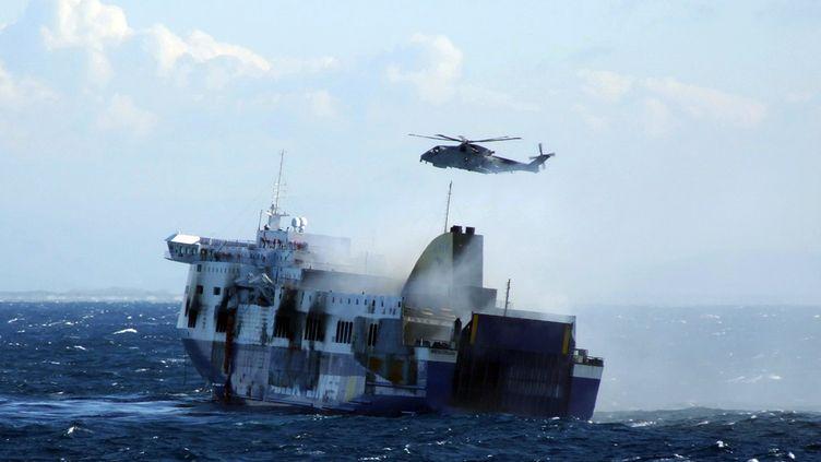 """Un hélicoptère survole le ferry """"Norman Atlantic"""" au large de l'Albanie, le 29 décembre 2014. (MARINA MILITARE / AFP)"""
