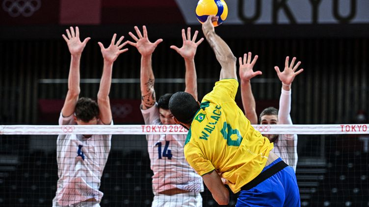 Le bloc français tente de résister à l'attaque brésilienne, dimanche 1er août. (ANNE-CHRISTINE POUJOULAT / AFP)