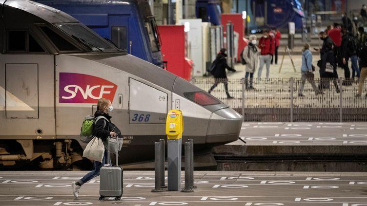Une voyageuse à la gare Montparnasse, à Paris, le 12 mai 2020. (THOMAS SAMSON / AFP)