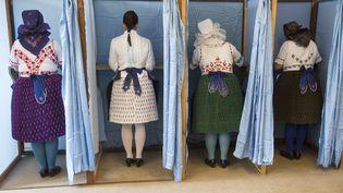 Des femmes portant des tenues traditionnelles votent lors du référendum du 2 octobre 2016, à Budapest (Hongrie). (ARPAD KURUCZ / ANADOLU AGENCY / AFP)
