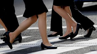Des femmes marchent avec des chaussures à talons, le 4 juin 2019, à Tokyo (Japon). (KIM KYUNG HOON / REUTERS)