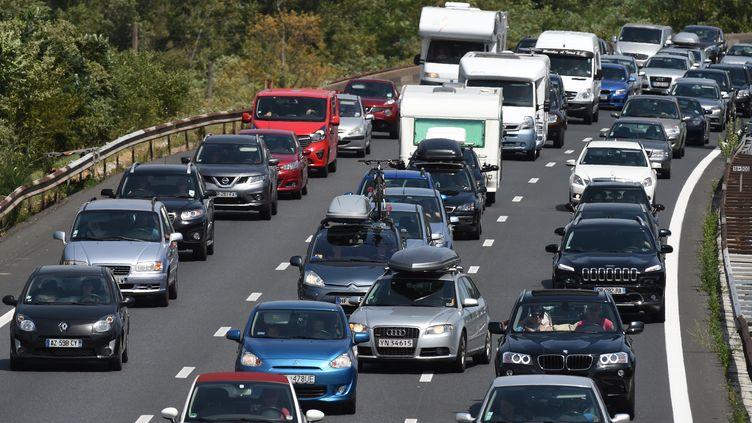Des automobilistes empruntent l'autoroute A7, le 4 juillet 2015, entre Lyon et Vienne (Rhône). (PHILIPPE DESMAZES / AFP)