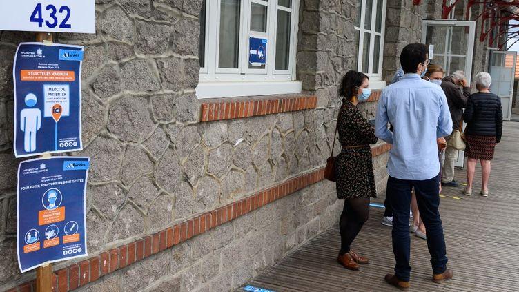 Des votants font la queue pour voter aux élections municipales 2020 à Nantes (Loire-Atlantique), le 28 juin 2020. (ESTELLE RUIZ / NURPHOTO / AFP)