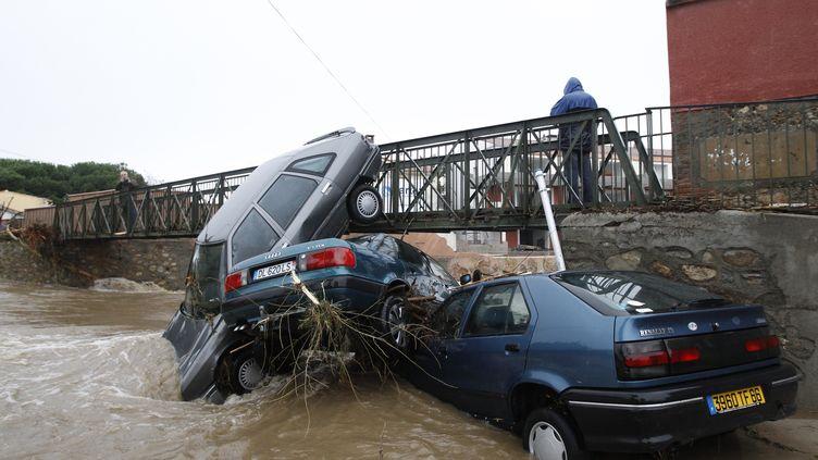 Des voitures ont été emportées par le courant à Argelès-sur-Mer, le 30 novembre 2014. (RAYMOND ROIG / AFP)