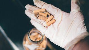 Des mégots de cigarettes à Paris, le 29 mai 2021. (DELPHINE LEFEBVRE / HANS LUCAS / AFP)