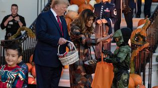 Le président des Etats-Unis Donald Trump et Mélania Trump offrent des cadeaux aux enfants pour la fête d'Halloween à la Maison Blanche (Washington), le 28 octobre 2019. (NICHOLAS KAMM / AFP)