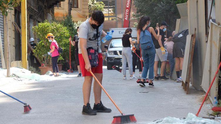 Plusieurs centaines de personnes s'activent chaque jour à Beyrouth pour évacuer les amas de verre. (NATHANAEL CHARBONNIER / ESP - REDA INTERNATIONALE)