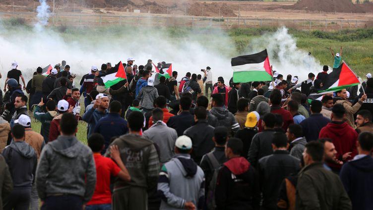 """Des Palestiniens manifestent à l'est de Gaza devant la frontière avec Israël, demandant le """"droit au retour"""", le 30 mars 2018. (MOMEN FAIZ / NURPHOTO)"""