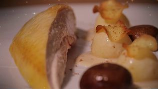 """Le réveillon des grands chefs à petits prix, c'est la suite de la série de reportages """"Un dîner de fête"""" réalisé par la rédaction de France 3. Rendez-vous chez le chef Cédric Bechade au Pays Basque. (France 3)"""