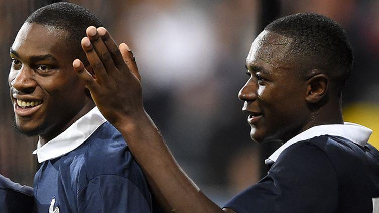 Gianelli Imbula vient féliciter Geoffrey Kondogbia, buteur face à la Suède à l'aller (FRANCK FIFE / AFP)
