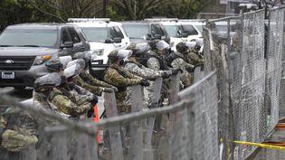 Des membres de la Garde nationale stationnent près du Capitole, à Washington (Etats-Unis), lundi 11 janvier 2021. (JASON REDMOND / AFP)