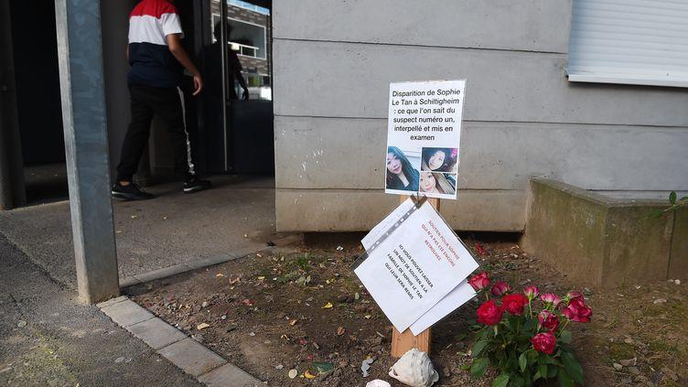 Un message d'hommage à Sophie Le Tan à l'entrée de l'immeuble où vivait le principal suspect de sa disparition, Jean-Marc Reiser, à Schiltigheim (Bas-Rhin), le 20 septembre 2018. (FREDERICK FLORIN / AFP)