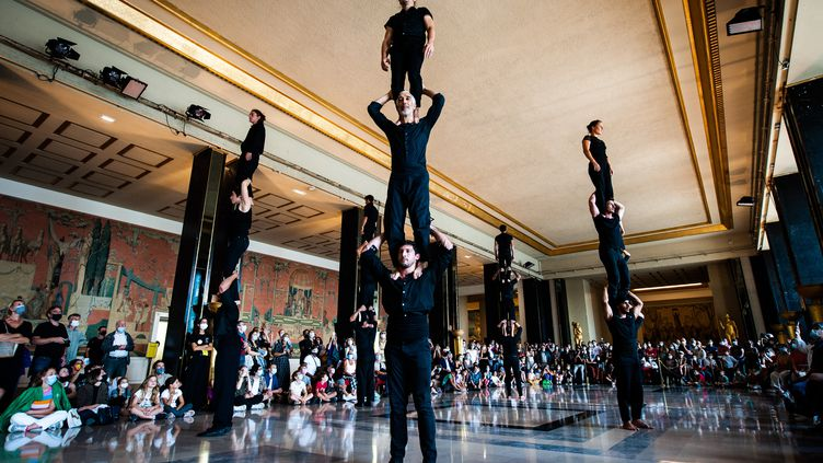 Les acrobates de la compagnie XY, dans la grande salle du Foyer de la danse. (BENJAMIN MENGELLE)