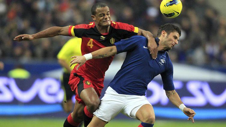 Le Belge Vincent Kompany (à gauche) à la lutte avec le Français Olivier Giroud (à droite), lors d'un match amical au Stade de France à Saint-Denis, le 15 novembre 2011. (CHARLES PLATIAU / AFP)