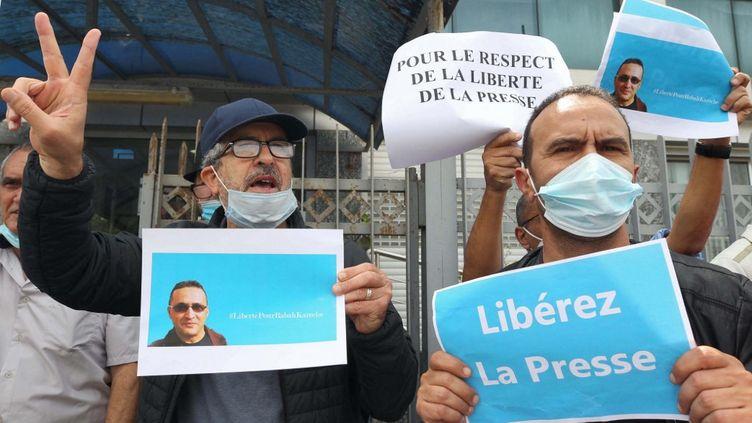 """Manifestation devant le siège du quotidien """"Liberté"""" à Alger, le 25 avril 2021,pour lalibérationde Rabah Kareche. (- / AFP)"""