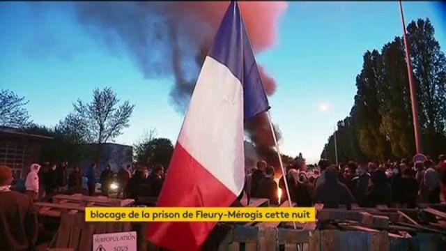 Des surveillants pénitentiaires bloquent la prison de Fleury-Mérogis