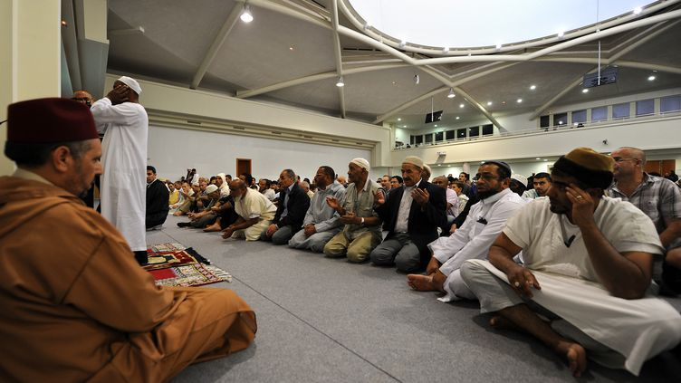 Des musulmans rassemblés pour la prière à la mosquée de Strasbourg (Bas-Rhin), en août 2011. (PATRICK HERTZOG / AFP)