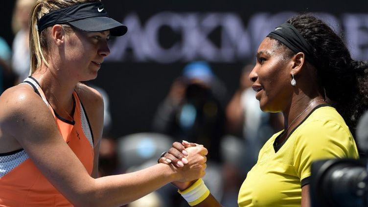Maria Sharapova sert encore la main de Serena Williams en tant que battue (SAEED KHAN / AFP)