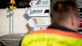 Un panneau indique la direction de l'usine Lubrizol, le 27 septembre 2019, à Rouen (Seine-Maritime). (LOU BENOIST / AFP)