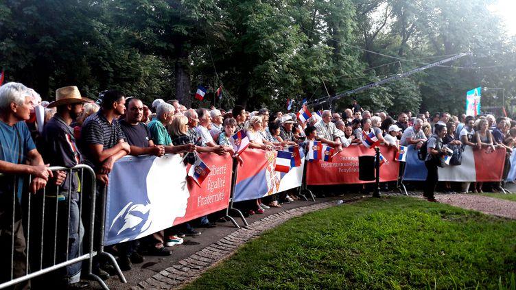 Des Serbes rassemblés au parc Kalemegdan, à Belgrade le 15 juillet 2019, où se dresse le monument de reconnaissance à la France. (RADIO FRANCE / ELISE DELEVE)