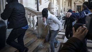 Plusieursaccusés, soupçonnés d'appartenir à la cellule jihadiste de Cannes-Torcy, arrivent au palais de justice de Paris, le 20 avril 2017. (MAXPPP)