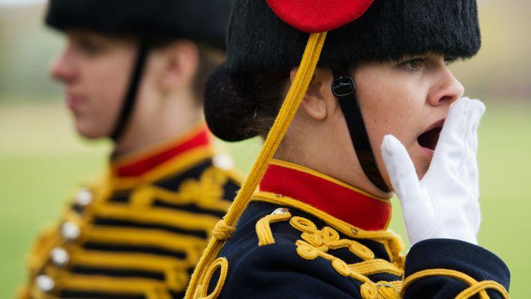 Une membre des troupes royales d'artillerie britannique réprime difficilement un baillement lors des célébrations pour le 86e anniversaire de la reine Elisabeth II, le 21 avril 2012 à Londres (Royaume-Uni). (LEON NEAL / AFP)