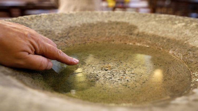 """L'archevêque de Paris a demandé aux prêtres de """"vider les bénitiers"""" pour éviter la propagation du coronavirus. (PASCAL DELOCHE / GODONG / AFP)"""