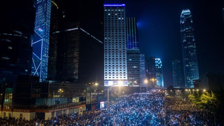 Des manifestants pro-démocratie dans les rues de Hong Kong, le 30 septembre 2014. (PHILIPPE LOPEZ / AFP)