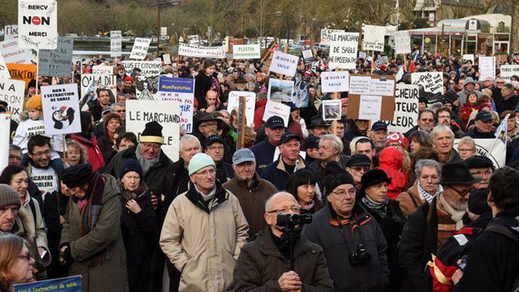 (Des milliers de manifestants ont protesté samedi contre un projet d'extraction de sable © Maxppp)