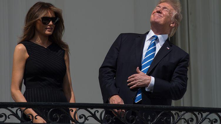 Donald Trump fixant l'éclipse solaire sans lunettes, le 21 août 2017, à Washington. (NICHOLAS KAMM / AFP)