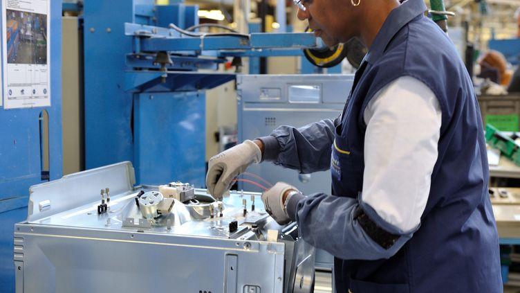 Une salariée de FagorBrandt travaille à l'usine de Saint-Jean-de-la-Ruelle, le 19 décembre 2013. (GUILLAUME SOUVANT / AFP)