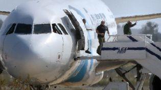Les derniers occupants de l'avion d'EgyptAir descendentla passerelle sur l'aéroport de Larnaca (Chypre), le 29 mars 2016 (YIANNIS KOURTOGLOU / REUTERS)