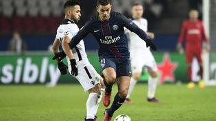 L'attaquant du PSG Hatem Ben Arfa contre Wanderson Cristaldo Farias, l'attaquant de Ludogorets, à Paris, pour la 6e journée de Ligue des champions, le 6 décembre 2016. (MIGUEL MEDINA / AFP)