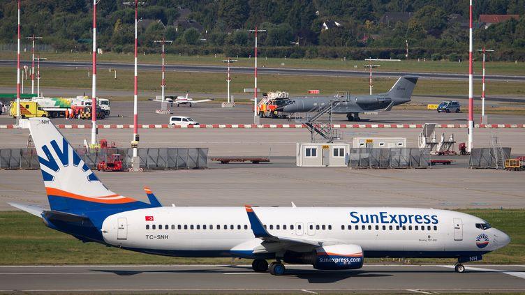 Un avion atterrit à l'aéroport d'Hambourg avec un patient allemand atteint d'Ebola à bord, le 27 août 2014. (AXEL HEIMKEN / DPA)