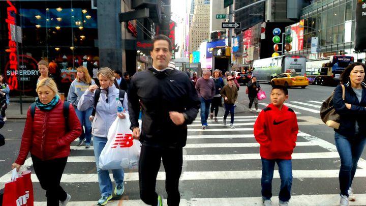 Charlie courra avec un brassard noir pour rendre hommage à ses compatriotes argentinstués lors del'attentat. (RADIO FRANCE / BENJAMIN ILLY)