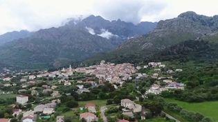 Les maires jouent un rôle essentiel dans la gestion de la crise du coronavirus, notamment pour les personnes isolées. Nous avons suivi le maire de Calenzana en Haute-Corse. (France 2)