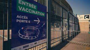 Le Stade de France de Saint-Denis (Seine-Saint-Denis) s'apprête à accueillir des patients prêts à se faire vacciner contre le Covid-19, le 31 mars 2021. (LOLA LOUBET / HANS LUCAS / AFP)