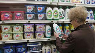 Un rayon de produits détergents dans un supermarché, en 2011. (JEAN FRANCOIS FREY / MAXPPP)