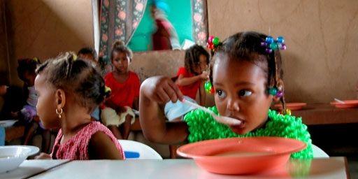 Un repas chaud à l'école contre la malnutrition (WFP/PHOTO Ramin Rafirasme)