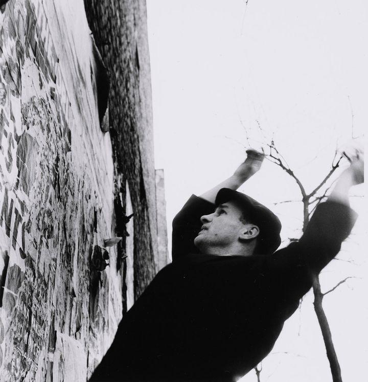 Photographies Shunk-Kender, Jacques Villeglé travaillant, Montparnasse, Paris, 1961, Don de la Fondation Roy Lichtenstein en mémoire de Harry Shunk et de Janos Kender (2014) (© J.Paul Getty Trust. Tous droits réservés. © Adagp, Paris 2019 © Centre Pompidou/MNAM-CCI/Bibliothèque Kandinsky, Photothèque RMN-Grand Palais)
