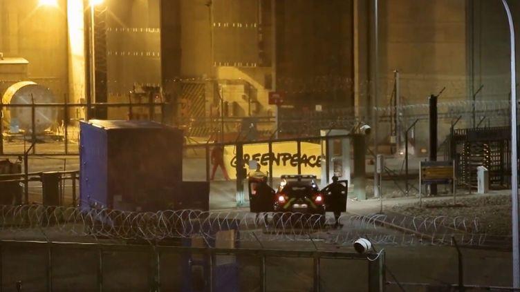 Des gendarmes font face à des militants de Greenpeace qui se sont introduits dans la centrale nucléaire de Cattenom (Moselle), le 12 octobre 2017. (ALEXANDRE MARCHI / MAXPPP)